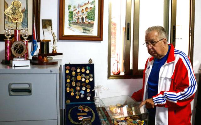 Una intensa polémica sobre el ninguneo al destacado especialista cubano Dr Rodrigo Álvarez Cambras y la reacción de los profesionales del Hospital que dirigió por tantos años. Por el Dr. Eloy A Gonzalez (Editor del Blog de Medicina Cubana).     CubaDemocraciayvida.ORG                                                                                                                            web/folder.asp?folderID=136